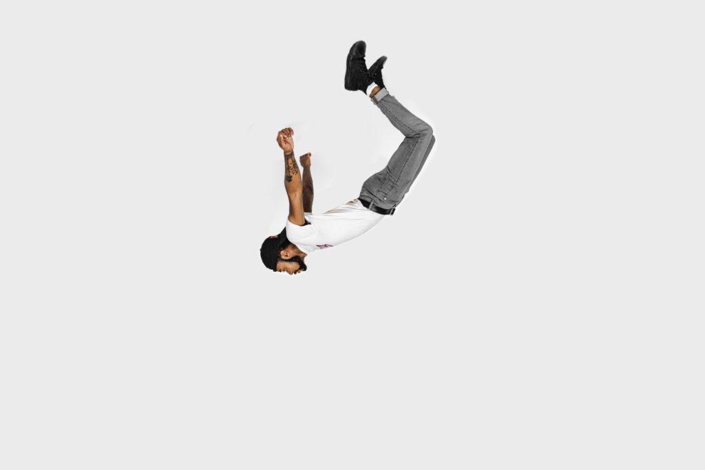 人が落下している写真。